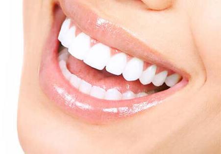 Kann ein Lächeln durch Porzellankronen jünger aussehen?